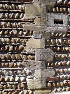 Les galets en épis sur un mur de la Mairie